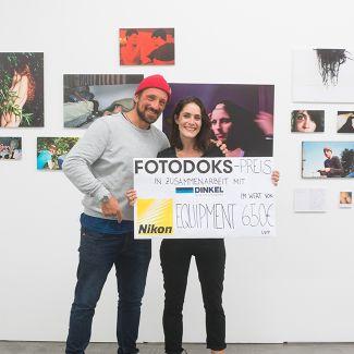 Hans Herbig presents the Fotodoks-Prize 2017 to Annie Flangan. (Photo: RIchard Heinicke)