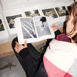 A visitor enjoying the free catalogue (photo: Gina Bolle)